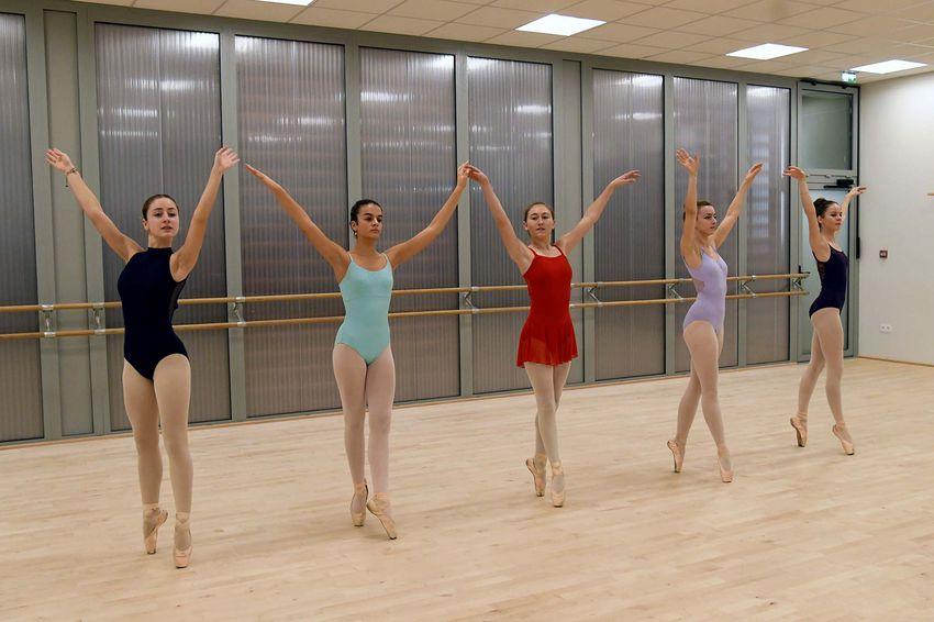 Elise, Carla, Sophie, Raphaëlle et Morgane pratiquent la danse classique en niveau renforcés 3 au conservatoire de Saint-Nazaire. (©Ville de Saint-Nazaire - Christian Robert)