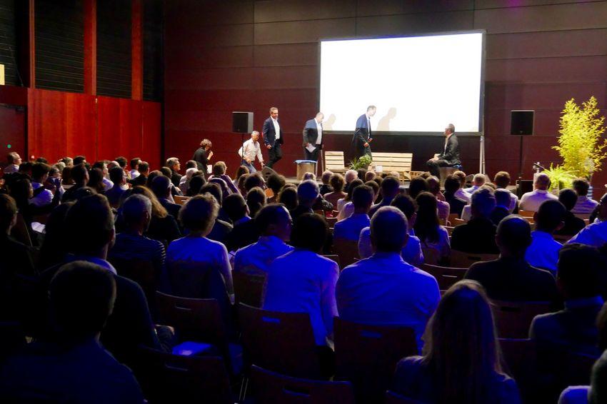 Environ 200 personnes écoutent l'anthropologue Stéphanie Douillard et des responsables d'entreprise. (©Ville de Saint-Nazaire)