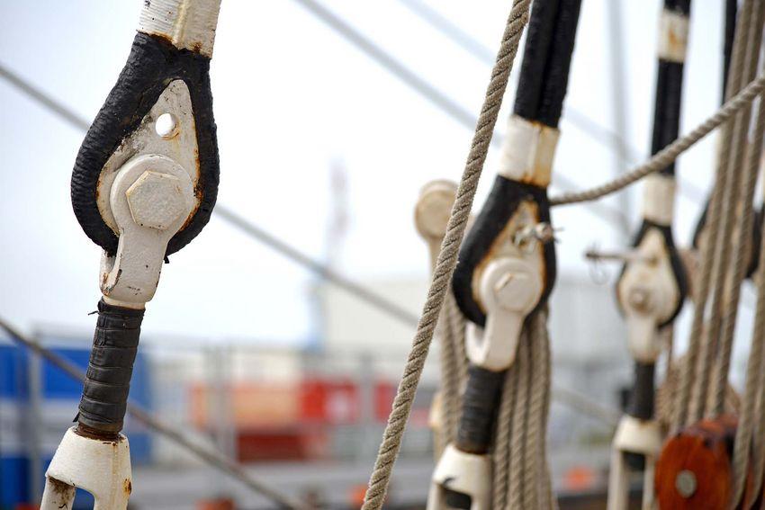 Ce sont les matelots du Belem qui assurent l'entretien de la tenue des mâts. (©Ville de Saint-Nazaire - Martin Launay)