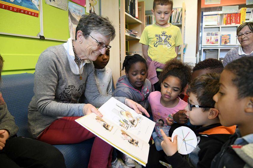 Claudette partage sa passion pour la littérature jeunesse avec les écoliers depuis 2007. (©Ville de Saint-Nazaire - Christian Robert)