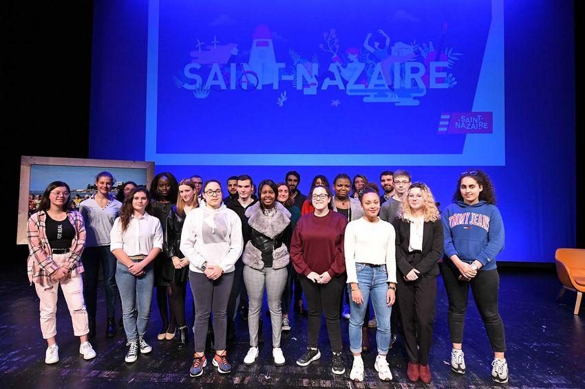 Les apprenti·es et les coups de coeur jeunesse 2020 sur la scène du Théâtre Simone Veil.