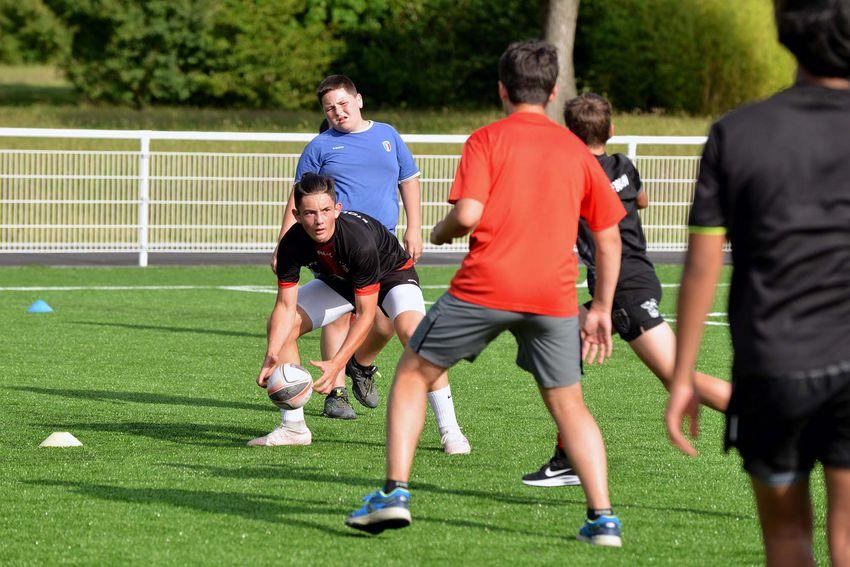Les nouveaux groupes de U16 et juniors suivent un entraînement intense par une chaleur écrasante. (©Ville de Saint-Nazaire - Christian Robert)