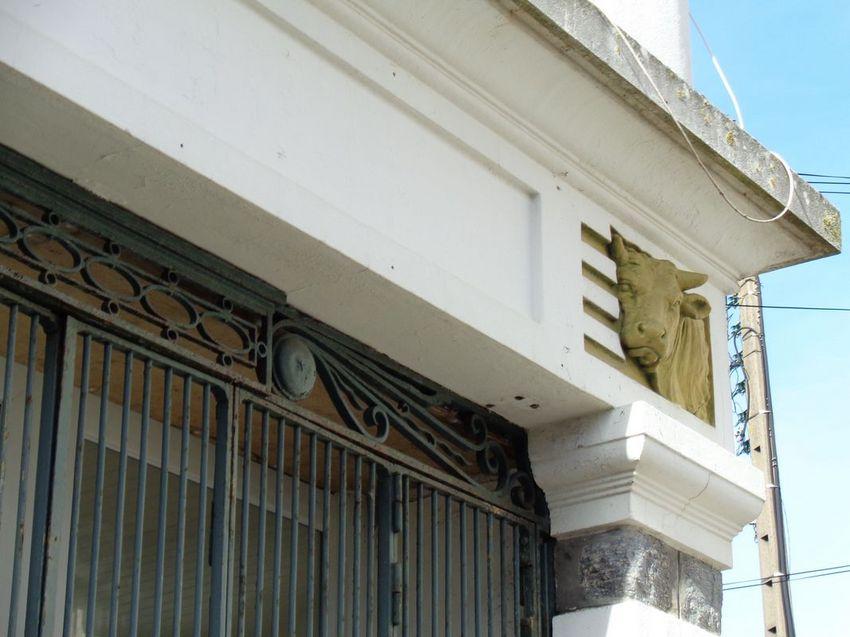 Boucherie, rue de Pornichet. © Mission Patrimoines Ville de Saint-Nazaire. Ancienne boucherie de la rue de Pornichet (angle rue Claude Berthollet), dont le décor des années 1925 est remarquable et intact.