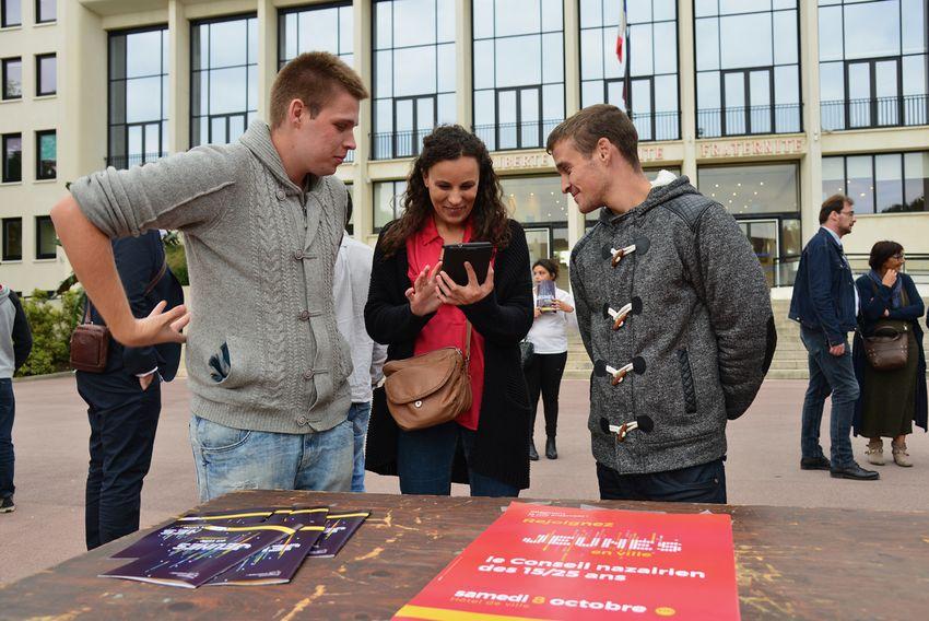 Franck Lamboley, 22 ans, en formation et Nicolas Lambert, 22 ans, poissonnier lors du lancement de Jeunes en Ville en octobre dernier. - Agrandir l'image, .JPG 1,38Mo (fenêtre modale)