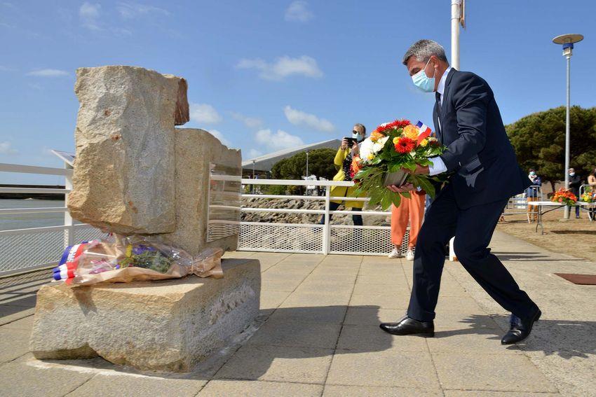 David Samzun, maire de Saint-Nazaire, devant le mémorial de l'abolition de l'esclavage de Saint-Nazaire (©Ville de Saint-Nazaire - Christian Robert)