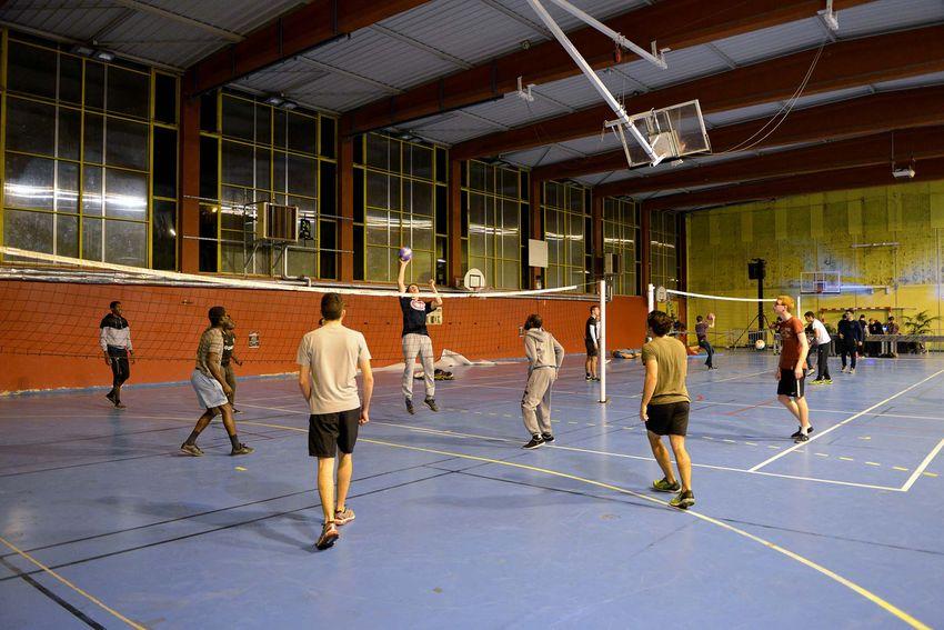 Les étudiants jouent au volley en musique. (©Ville de Saint-Nazaire - Christian Robert)