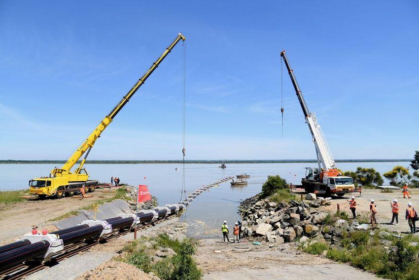 Mise à l'eau de la double liaison de fourreaux de 276 m et départ de Paimboeuf vers Saint-Nazaire (©Ville de Saint-Nazaire - Martin Launay)