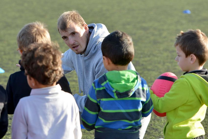Johan Fornier, secrétaire général du SNO et responsable sportif, lors d'un entraînement des baby-rugby. (©Ville de Saint-Nazaire - Christian Robert)