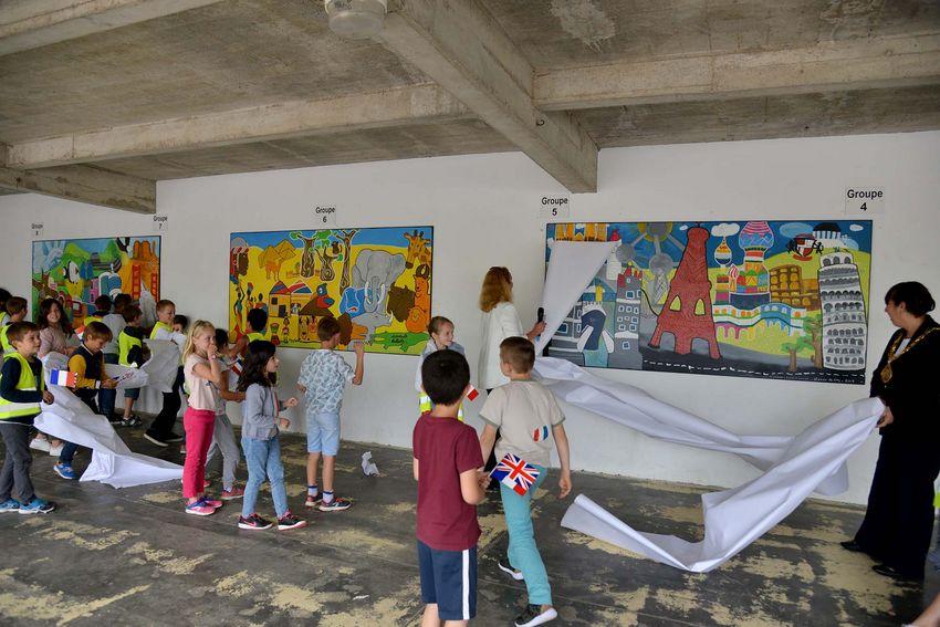 A l'école Michelet, Gaëlle Bénizé-Thual, adjointe au maire de Saint-Nazaire, et Lynda Rowntree Scanlan, maire de Sunderland, dévoilent les fresques avec les enfants qui les ont réalisées. (©Ville de Saint-Nazaire - Christian Robert)