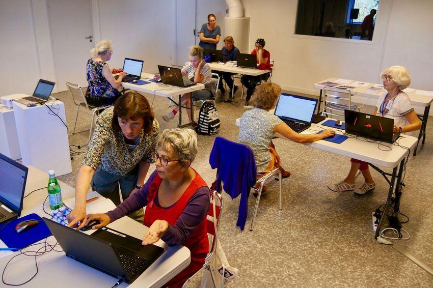 """L'atelier """"je féminise Wikipédia"""", avec la Digital Week, mobilise huit participants samedi 14 septembre"""" à la médiathèque Etienne Caux. (©Ville de Saint-Nazaire - Blandine Bouillon)"""