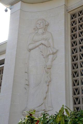 De chaque côté de l'entrée principale du palais de justice sont positionnées deux statues réalisées par Joël et Jan Martel.