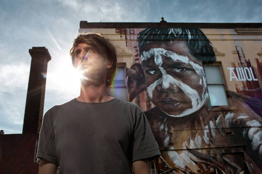 Adnate réalise des portraits d'Aborigènes grand format.