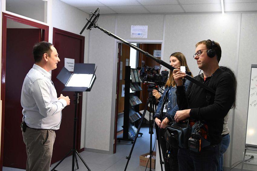 Un tournage vidéo à l'Ecole de la 2e chance, préparé par Airbus pour ses salariés. (©Ville de Saint-Nazaire - Christian Robert)
