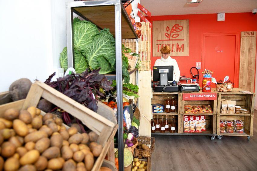 L'épicerie Totem vend plus de 500 produits locaux : fruits et légumes, produits frais, épicerie sèche, produits d'hygiène et d'entretien, surgelés.