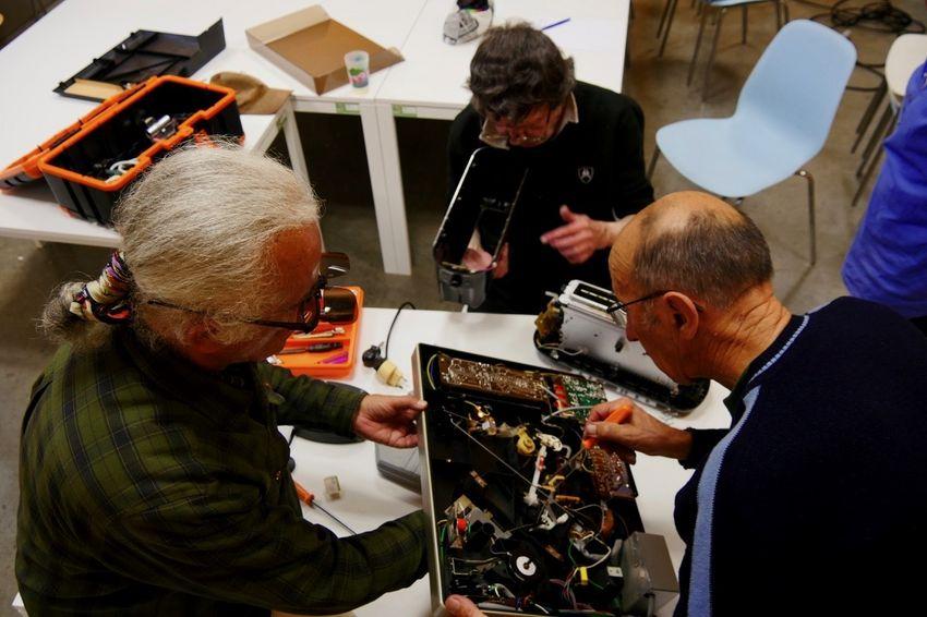 Gilles et Philippe essaient de réparer un tourne-disque, Michel un grille-pain. (©Ville de Saint-Nazaire - Blandine Bouillon)