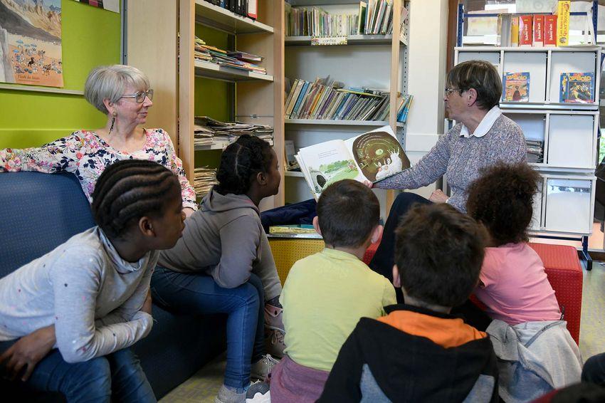 """Pendant la pause méridienne des enfants, les lectrices bénévoles de """"Lire et faire lire"""" s'installent dans la bibliothèque de l'école Andrée Chedid pour partager un moment de lecture. (©Ville de Saint-Nazaire - Christian Robert)"""