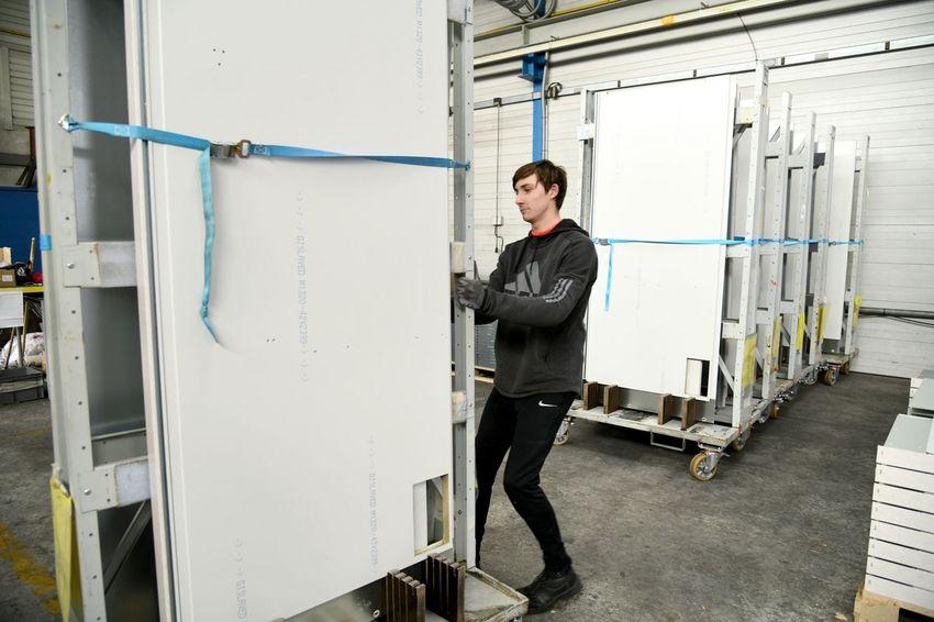 PSM prépare des kits de parois de douche pour les cabines des paquebots (©Ville de Saint-Nazaire - Martin Launay)