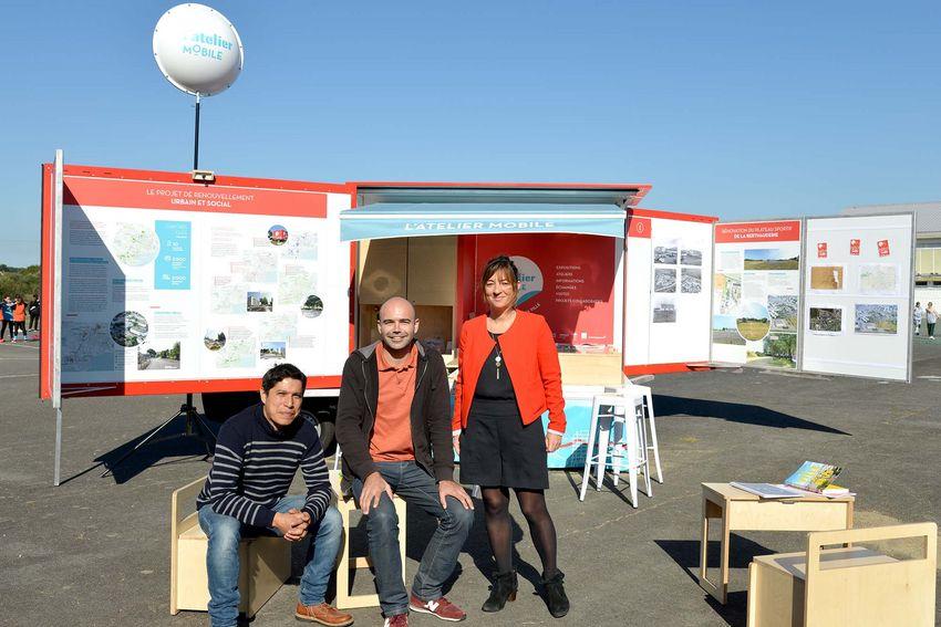 De gauche à droite : Romain Cabrita Sequeira, Geovanni Corona Olivares (du service urbanisme de la Ville de Saint-Nazaire) Laurianne Deniaud, adjointe au maire de Saint-Nazaire chargée de l'urbanisme et de la politique de la ville.