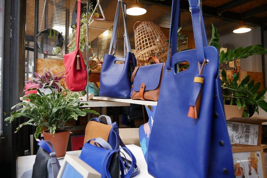 Des sacs de formats et coloris différents exposés dans la vitrine au Garage. (©Ville de Saint-Nazaire - Blandine Bouillon)