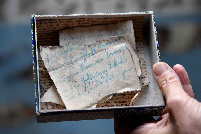 Coupures de lettres et de journaux retrouvés dans la maison. (©Ville de Saint-Nazaire - Christian Robert)