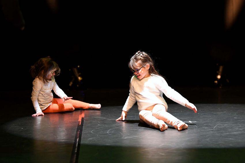 Jouer avec la lumière du théâtre et s'exprimer, tels sont les exercices de l'atelier d'éveil. (©Ville de Saint-Nazaire - Christian Robert)