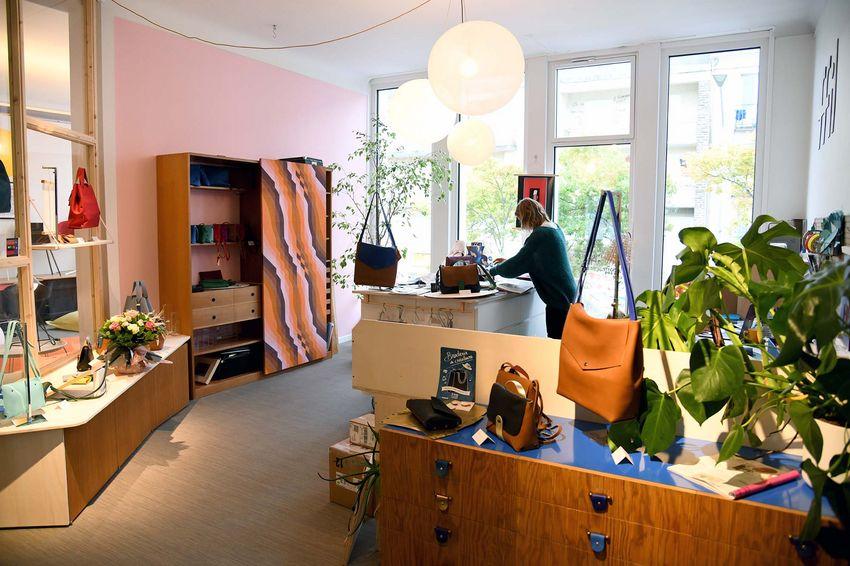 Dans sa boutique, Claire Batardière utilise des meubles qui étaient présents dans le bâtiment. (©Ville de Saint-Nazaire - Christian Robert)