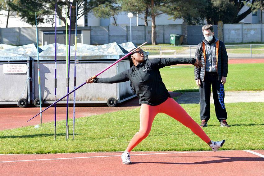 Evelina Mendes s'entraîne au moins huit fois par semaine en javelot, musculation, cross fit ou vitesse avec Alan Huruguen qui a pris la suite d'Olivier Delattre auprès de l'athlète. (©Ville de Saint-Nazaire - Christian Robert)