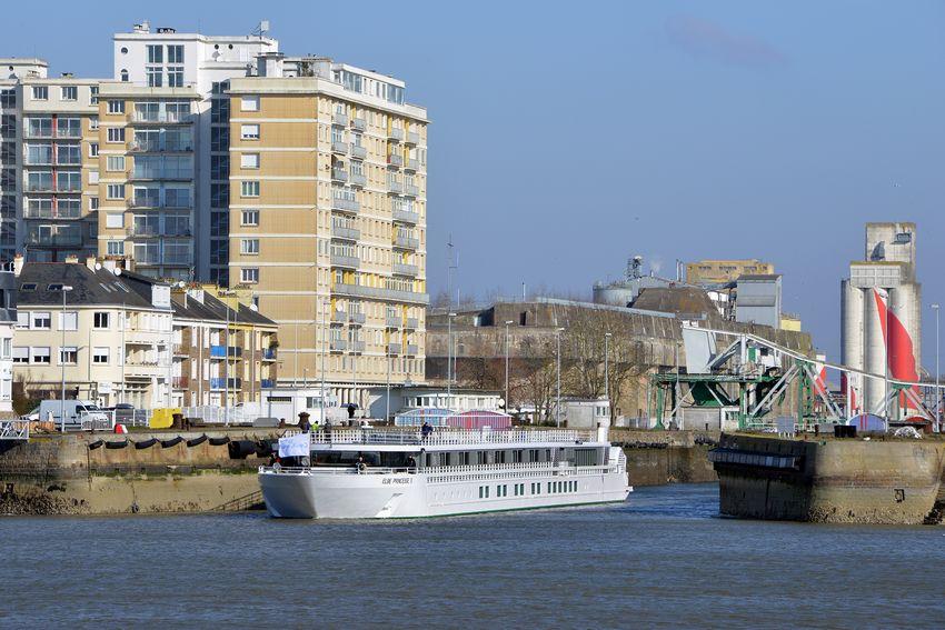 Le MS Elbe Princesse II sort du port de Saint-Nazaire pour des essais. (©Ville de Saint-Nazaire - Christian Robert)