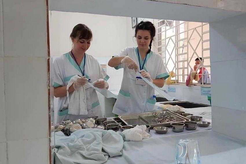 """""""Nous avons beaucoup appris tant au niveau de la pratique infirmière que de la manière de s'adapter à une autre culture ou religion"""", se réjouit Léa Chaptel (à gauche) à l'issue de son stage infirmier au Vietnam."""