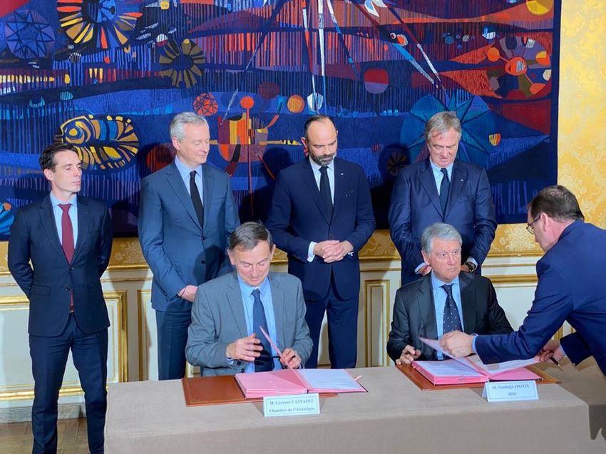 Signature des contrats entre les Chantiers de l'Atlantique (Laurent Castaing à gauche) et MSC (Gianluigi Aponte) à l'Hôtel de Matignon lundi 20 janvier 2020.