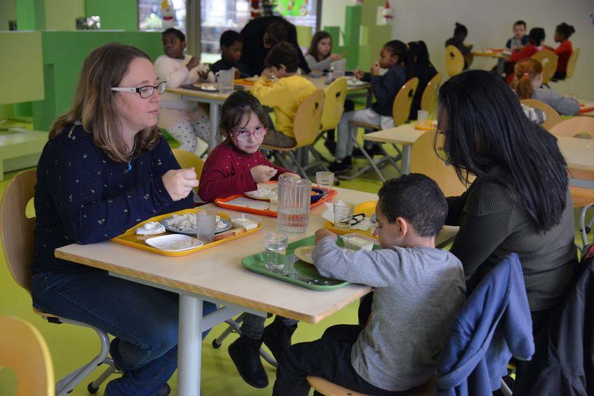 La diététicienne Nathalie Chevrinais élabore les menus pour chaque période et déjeune tous les midis dans les écoles et centre de loisirs de Saint-Nazaire. (©Ville de Saint-Nazaire - Christian Robert)