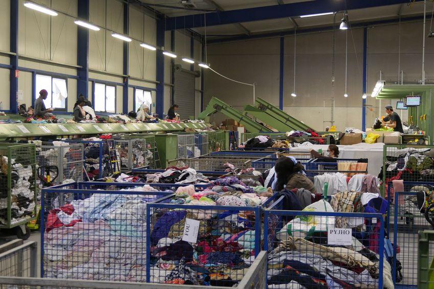 Le centre de tri Le Relais Atlantique à Couëron récupère les vêtements d'un millier de points de collecte. (©Ville de Saint-Nazaire)