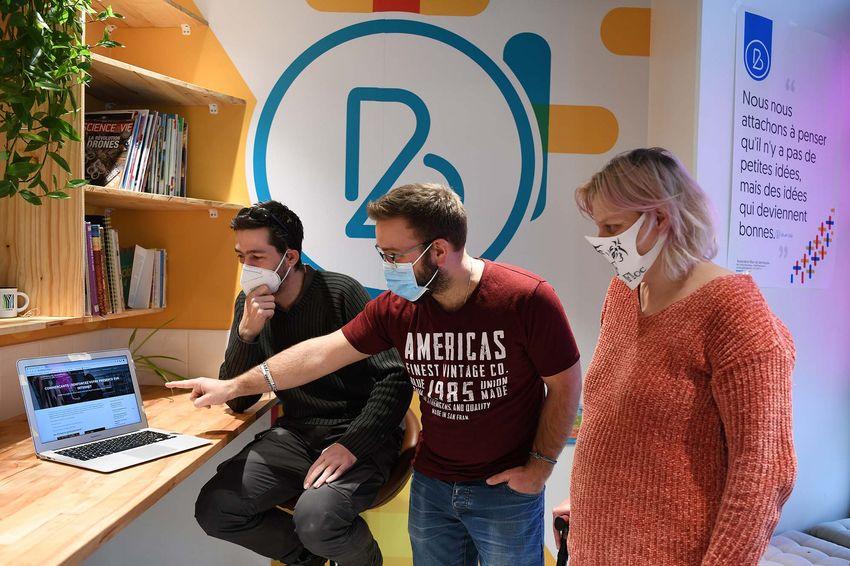 De gauche à droite : David Degliame de la Clinique de l'ordinateur est parrain bénévole, Alexandre Grière est à l'origine de l'initiative avec les membres du Blue Lab et de Plage Web, Laëtitia Diot espère sauver son commerce avec la digitalisation. (©Ville de Saint-Nazaire - Christian Robert)