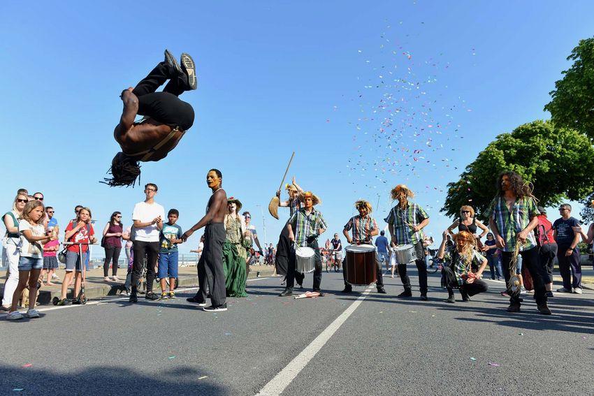 Vers 18h, un défilé carnavalesque emmenait le public que la plage de Villès-Martin.