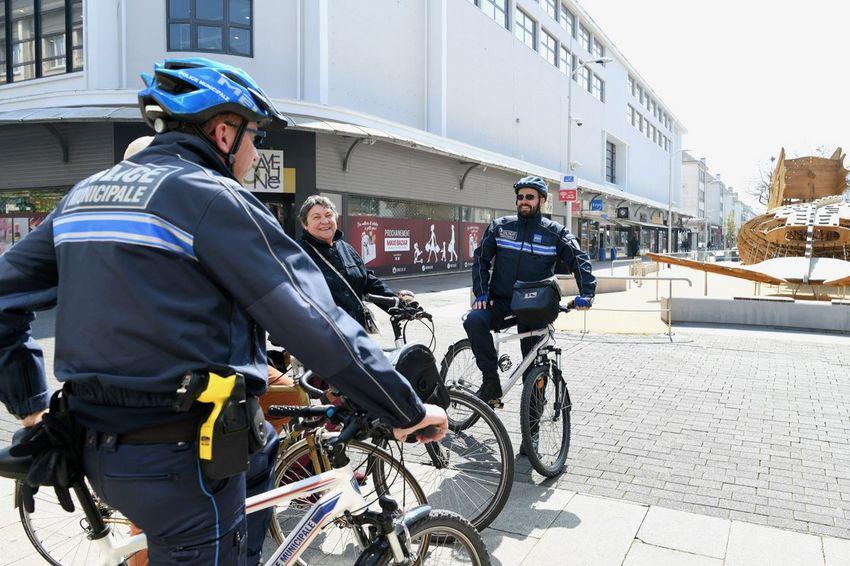 À pied et à vélo,les policiers apportent une présence rassurante en centre-ville.