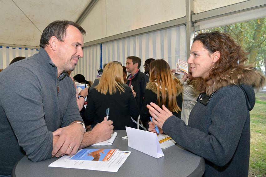 Le job-dating permet de mettre en relation des Nazairiens avec des acteurs du bâtiment notamment. (©Ville de Saint-Nazaire - Martin Launay)