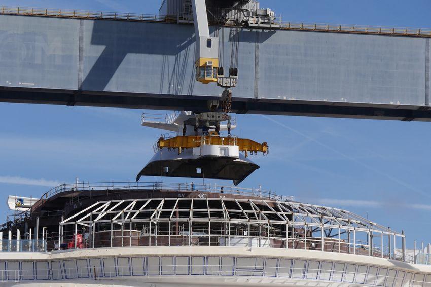 Dernier bloc à être posé, le mât radar pèse 46 tonnes.