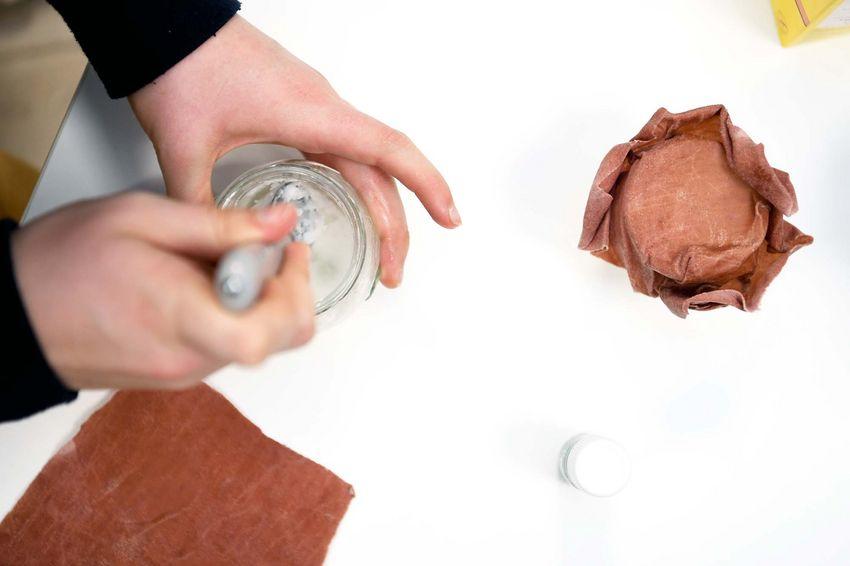 Confection d'un déodorant à l'huile de coco (2 CS), fécule de maïs (1 CS), bicarbonate de soude (1 CS) et huile essentielle de lavande (2 gouttes). (©Ville de Saint-Nazaire - Martin Launay)