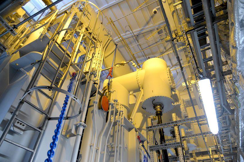 La fonction principale de la sous-station est d'élever le courant produit par les éoliennes (33.000 volts) en 220.000 volts avant de le renvoyer vers la terre.