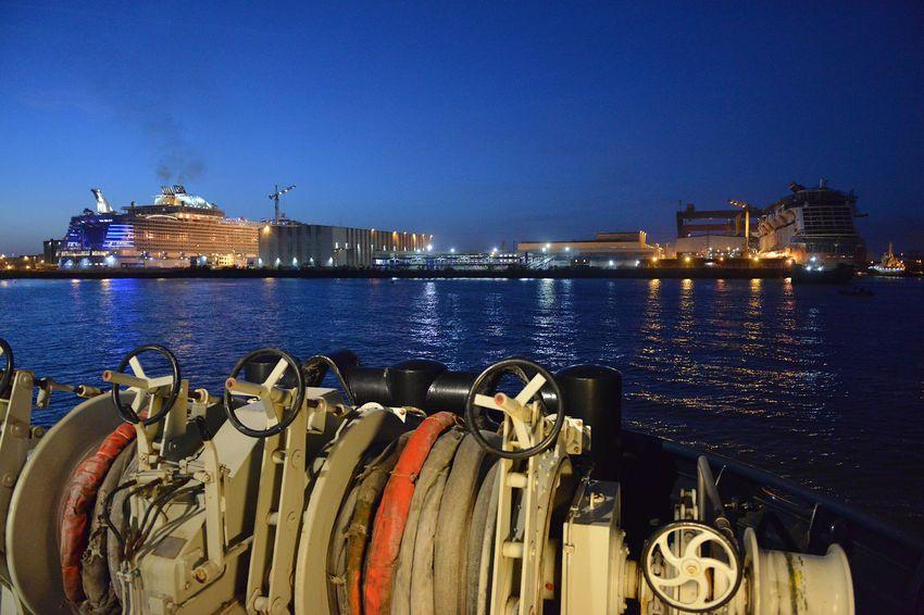 Les remorqueurs déplacent le Celebrity Edge (à droite) de la forme de construction A du chantier naval au bassin de Penhoët. (©Ville de Saint-Nazaire - Christian Robert)