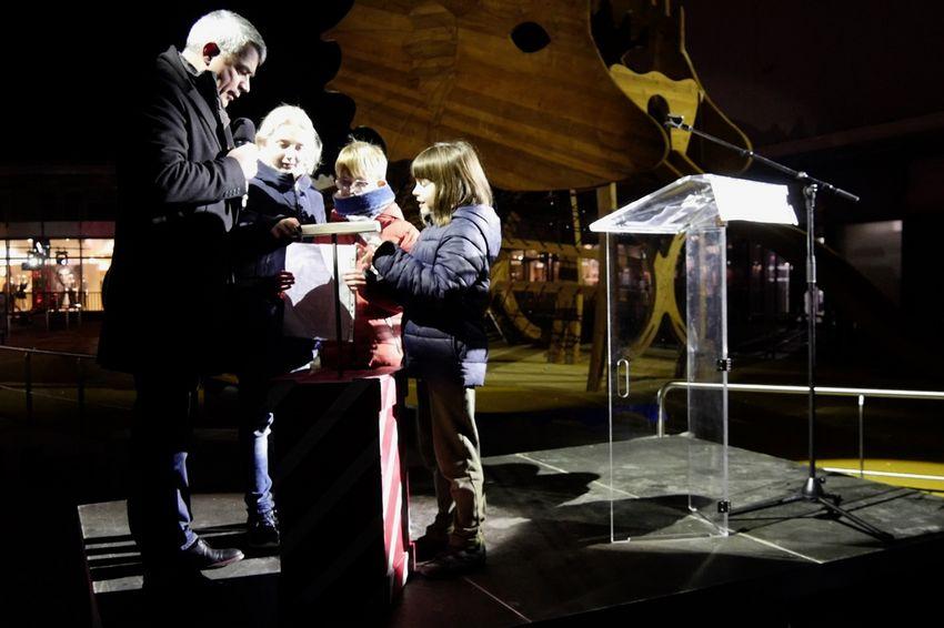 Les enfants du centre de loisirs Carnot procède au décompte avec David Samzun, maire de Saint-Nazaire.