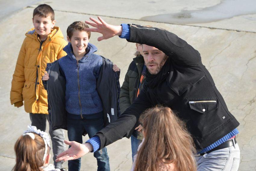 Le chorégraphe Julien Grosvalet lors d'une séance au skatepark avec des CM1 de l'école Bert-Lemonnier. (©Ville de Saint-Nazaire - Christian Robert)
