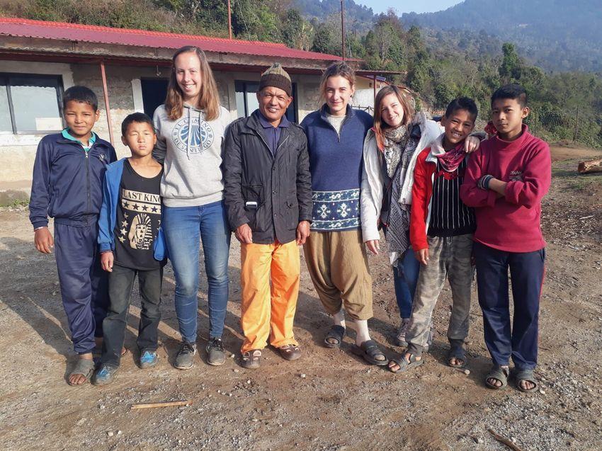 Julie Bébin (à droite sur la photo) est partie au Népal pendant un mois et demi pour proposer des animations et enseigner l'anglais aux enfants des rues.