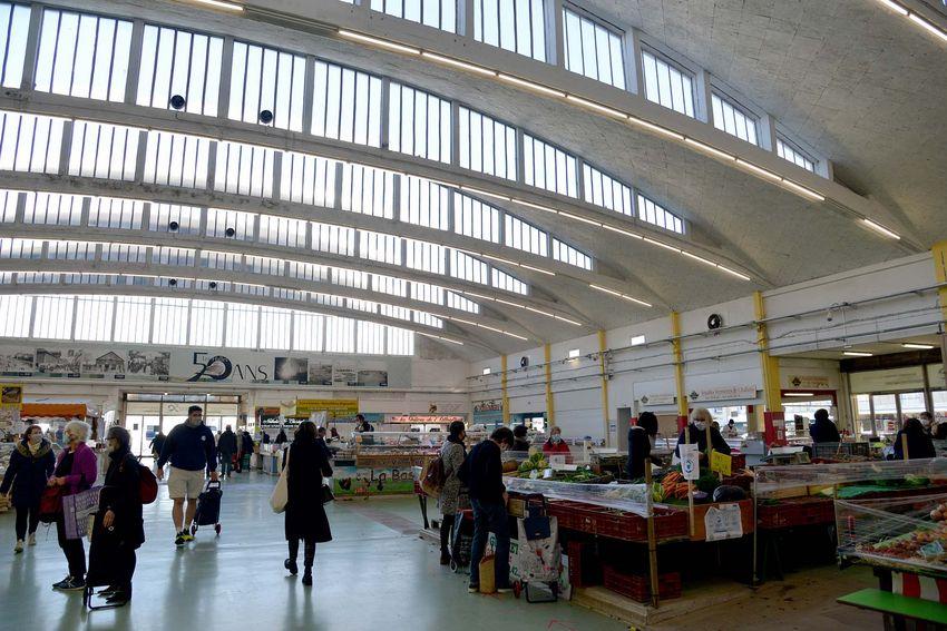 La voûte des Halles répond à une problématique essentielle pour un marché : apporter de la lumière tout en protégeant les étals du soleil. (©Ville de Saint-Nazaire - Christian Robert)