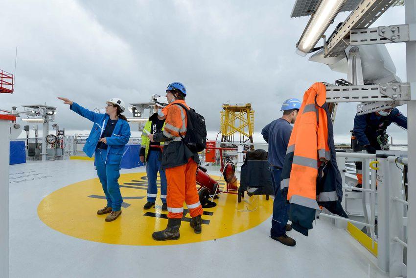Plus de 450 personnes sont intervenues sur site pour la réalisation de la sous-station. Les Chantiers de l'Atlantique ont lancé 40 recrutements supplémentaires.