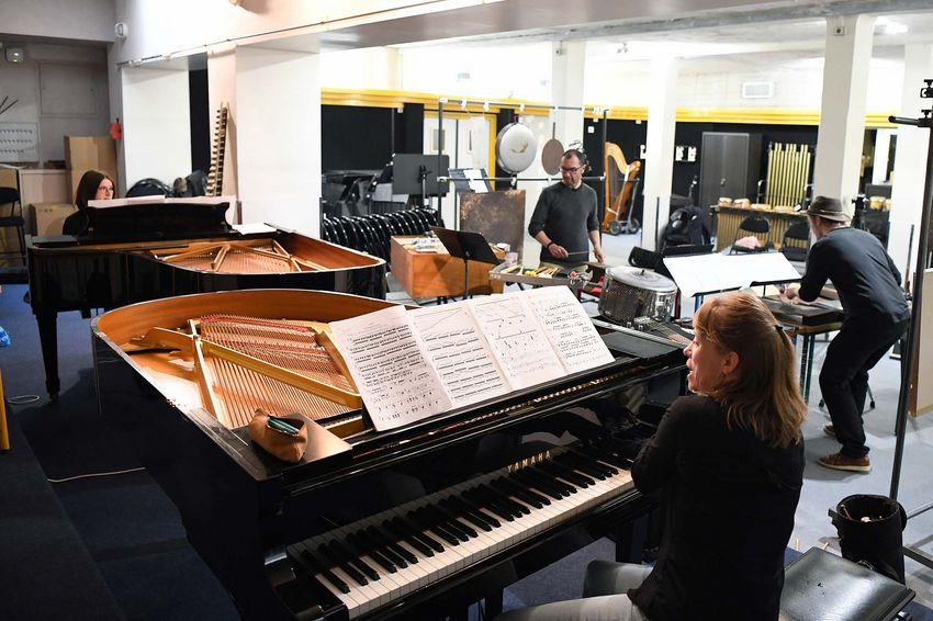 """Les musiciens Carine Llobet, Nathalie Darche (piano), Bruno Lemaître et Matéo Guyon (percussions) répètent """"Gritos Argentinos"""". (©Ville de Saint-Nazaire - Christian Robert)"""
