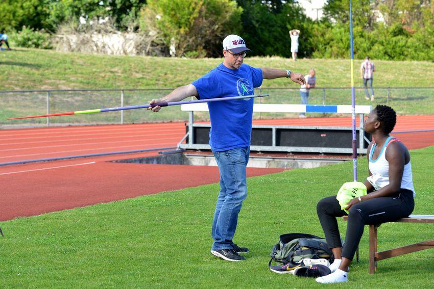 Evelina Mendes en compagnie de son entraîneur Olivier Delattre lors d'un meeting à Carquefou fin juin 2019.