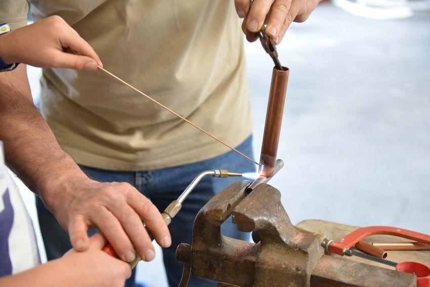 Les bénévoles initient les enfants aux métiers manuels avec de vrais outils. (©Ville de Saint-Nazaire - Christian Robert)