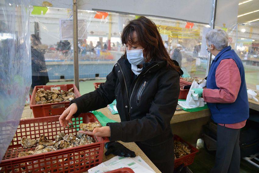Comme tous les vendeurs alimentaires du marché, Gaëlle Gautier peut continuer à commercialiser les crustacés pendant le reconfinement. (©Ville de Saint-Nazaire - Christian Robert)