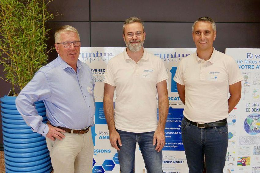 Le président de Ruptur Charles Barreau entouré de représentants d'entreprises nazairiennes : le président de GDEUX Germain Charier (à gauche) et le directeur d'agence Charier Cédric Couilleau (à droite). (©Ville de Saint-Nazaire)
